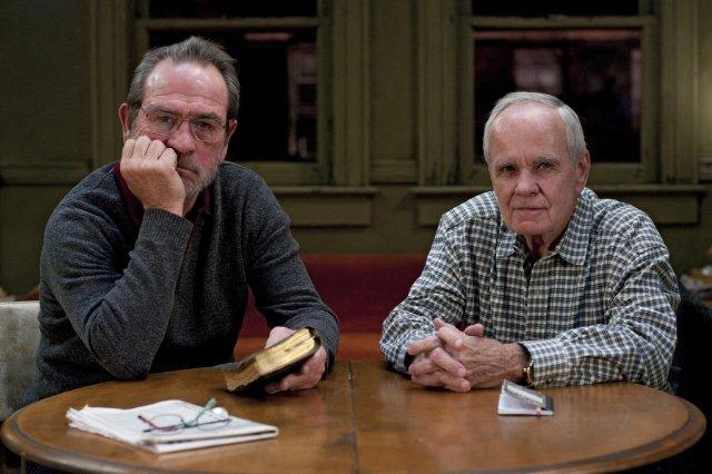 Tommy Lee Jones y Cormac McCarthy durante el rodaje de la película basada en la obra