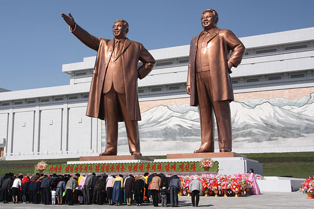 640px-The_statues_of_Kim_Il_Sung_and_Kim_Jong_Il_on_Mansu_Hill_in_Pyongyang_(april_2012)